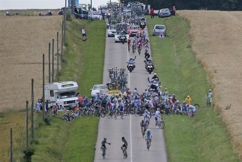 【画像】ツールドフランスで100人転倒事故の写真がすげええwwwwwwww